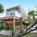 แบบบ้านโมเดิร์นวิลล่าแต่งผนังไม้ งดงามและร่มรื่นจากสวนแบบทรอปิคอล