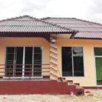 บ้านชั้นเดียวหลังคาทรงปั้นหยา พร้อมพื้นที่สำหรับขายของด้านข้าง เหมาะกับวิถีชีวิตในชนบทที่แสนเรียบง่าย