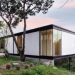 บ้านโมเดิร์นลอฟท์ โครงสร้างเหล็ก เน้นดีไซน์ที่สอดคล้องกับพื้นที่สีเขียว