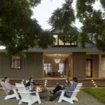 บ้านสไตล์คันทรีประยุกต์ ตกแต่งภายในด้วยงานไม้ เรียบหรู ท่ามกลางบรรยากาศร่มรื่นแบบบ้านสวน