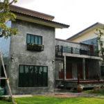 บ้านสองชั้นสไตล์โมเดิร์นลอฟท์ สวยดิบด้วยปูนเปลือยผสมงานไม้ พร้อมการจัดสวนแสนรื่นรมย์