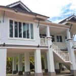 บ้านชั้นเดียว ยกพื้นสูง ไทยประยุกต์ โดดเด่นด้วยงานศิลปะแบบไทยๆ เข้ากับความทันสมัยในปัจจุบัน