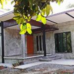 บ้านสวนชั้นเดียว แต่งผนังปูนเปลือยสวยดิบ พร้อมหลังคาสามสเต็ป ด้วยงบประมาณราว 700,000 บาท