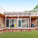 บ้านสวนสไตล์โมเดิร์น ออกแบบชั้นเดียวในแนวราบ ตกแต่งสวยงามด้วยผนังไม้ โปร่งโล่งรับธรรมชาติ