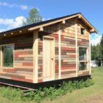 บ้านกระท่อมท้ายสวน เรียบง่าย น่ารัก ตกแต่งด้วยงานไม้ทั้งหลัง พร้อมห้องนอนแบบชั้นลอยในตัว