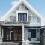 บ้านสองชั้น สไตล์โมเดิร์น หลังคาทรงจั่วสูง โปร่งเย็นด้วยบล็อกช่องลม