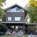 บ้านสวนบรรยากาศร่มรื่น ดีไซน์ร่วมสมัย โทนสีดำมาดเข้ม ตกแต่งสวยงามผสมวัสดุหลากหลาย