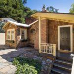 บ้านคอทเทจบนเนินเขา ขนาดเล็กกะทัดรัด ตกแต่งภายในสวยงามแบบมินิมอล