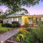 บ้านไม้สีขาวชั้นเดียว รูปทรงตัวแอล ตกแต่งสไตล์วินเทจ ดูอบอุ่น โอบล้อมด้วยธรรมชาติสีเขียวอันแสนสดชื่น