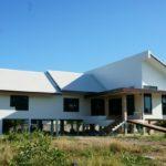 บ้านสีขาวยกพื้นสูง สไตล์ทรอปิคอล มีทางลาดสำหรับผู้สูงอายุ เข้ากับบรรยากาศในชนบทเมืองไทย