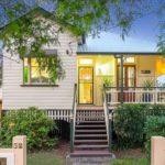 บ้านไม้ชั้นเดียวสีขาว พร้อมสระว่ายน้ำขนาดใหญ่ สุดหรูหรา คุ้มค่าทุกพื้นที่ใช้สอย