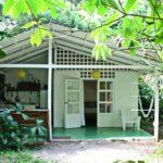 บ้านพักตากอากาศสีขาว หลังคาทรงหน้าจั่วเรียบง่าย โอบล้อมด้วยธรรมชาติอันแสนสดชื่น
