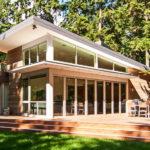 บ้านโมเดิร์นพร้อมชานโปร่งรับลม ดีไซน์สวยเฉียบทุกมุมมอง เชื่อมบริบทภายนอกเข้าสู่ตัวบ้านด้วยผนังกระจก