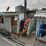 เห็นแล้วเพลีย… ชาวเน็ตร้อง คนสร้างบ้านอยู่อาศัยบนทางเท้า จอดรถ-ตากผ้ากลางถนน!!