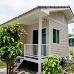 """แบบบ้านขนาดเล็กสไตล์โคโลเนียล """"บ้านเจริญนคร"""" เรียบง่าย กะทัดรัด แบบบ้านสวนสำหรับอยู่อาศัย 1 – 2 คน"""