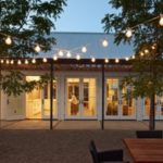 บ้านสวนสีขาวแสนสบาย โปร่งโล่ง เรียบง่าย สไตล์วินเทจ พร้อมลานกิจกรรมสุดชิลล์