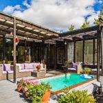 บ้านชั้นเดียวพร้อมเฉลียงสระว่ายน้ำ แต่งผนังปูนขาวผิวหยาบ สวยงามมีเอกลักษณ์ ในสไตล์เมดิเตอเรเนียน