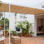 บ้านพักตากอากาศขนาดเล็ก 30 ตร.ม. ตกแต่งเรียบง่าย กลิ่นอายแบบสแกนดิเนเวีย มาพร้อมเฉลียงขนาดใหญ่ ริมสวน