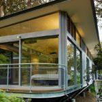 บ้านหน้าแคบยกสูงทรงเพิงหมาแหงน เน้นการตกแต่งกระจกเพื่อความโปร่งสบาย กลางธรรมชาติสีเขียวสุดร่มรื่นย์