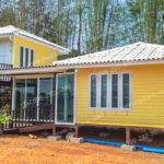 แบบบ้านชั้นครึ่งโทนสีเหลืองสดใส โครงสร้างยกสูง ดีไซน์แบบแยกส่วน มาพร้อมพื้นที่ใต้ถุนและระเบียงแสนโปร่ง