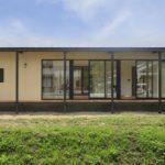 บ้านโครงสร้างเหล็ก ตกแต่งด้วยอิฐโชว์แนว ภายในแบบมินิมอล บรรยากาศโดยรอบแบบบ้านตากอากาศ