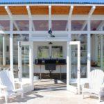 กระท่อมสีขาวทรงเพิงหมาแหงน สไตล์กลาสต์เฮาส์ เหมาะสำหรับสร้างไว้ท้ายสวน