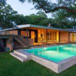 บ้านชั้นเดียว สไตล์โมเดิร์น สร้างได้บนพื้นที่เนิน พร้อมสระว่ายน้ำส่วนตัว และธรรมชาติสีเขียวเพื่อการพักผ่อน