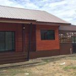 แบบบ้านโครงเหล็ก แต่งผนังไม้ขัดเงาสวย พร้อมชานบ้าน และโรงจอดรถ งบประมาณ 680,000 บาท
