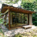 บ้านสไตล์ญี่ปุ่นหลังน้อย โปร่งโล่งด้วยผนังกระจก โอบล้อมด้วยป่าเขาลำเนาไพร ดีไซน์เพื่อการพักผ่อนที่เรียบง่าย