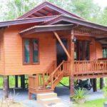บ้านไม้ยกพื้นสูง สไตล์บังกะโล 2 ห้องนอน 1 ห้องน้ำ สวยงามในแบบไทยดั้งเดิม