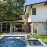 บ้านสองชั้นสไตล์วิลล่า พร้อมสระว่ายน้ำส่วนตัว เชื่อมต่อพื้นที่ทั้งในร่ม และกลางแจ้ง เพื่อการพักผ่อนแบบจุใจ