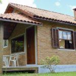 บ้านสไตล์คอทเทจหลังน้อย ก่อผนังอิฐแดงสุดคลาสสิค ออกแบบเพื่อการพักผ่อนที่เรียบง่าย
