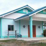 บ้านชั้นเดียวราคาประหยัด โทนสีฟ้าหลังคาจั่วซ้อนชั้น สดใส เรียบง่าย สไตล์ชนบท
