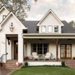 บ้านฟาร์มสีขาว พร้อมเฉลียงกว้าง ออกแบบในสไตล์ยุโรป เน้นการตกแต่งภายในที่ดูสบายเรีบง่าย