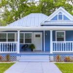 บ้านคอทเทจสีฟ้า ระเบียงหน้ากว้างเพื่อการพักผ่อน พร้อมการตกแต่งภายในโทนสีเอิร์ธโทน ดูละมุน สบายตา