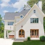 บ้านสองชั้นสีขาว สไตล์คลาสสิค หลังคาทรงสูงโปร่งมีเอกลักษณ์ ดูเรียบง่าย แต่แฝงไปด้วยเสน่ห์ในทุกมุมมอง