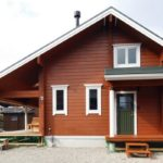 แบบบ้านไม้ชั้นครึ่ง สไตล์รัสติกทรงจั่ว พร้อมชานบ้านสำหรับพักผ่อน และการตกแต่งภายในที่แสนอบอุ่น