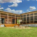 บ้านจากวัสดุรีไซเคิล ทรงตัวแอล ออกแบบแนวโมเดิร์นทันสมัย