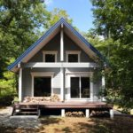 บ้านสไตล์คอทเทจยกพื้นต่ำ รูปทรงจั่วดูเป็นเอกลักษณ์ แถมโอบล้อมด้วยธรรมชาติสีเขียว อันแสนสดชื่น