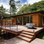 แบบบ้านไม้สไตล์โมเดิร์น สร้างบนพื้นที่เนิน โอบล้อมด้วยธรรมชาติสีเขียว และพื้นที่พักผ่อนแบบจุใจ