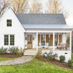 บ้านชั้นเดียวสไตล์คันทรี สีขาวอ่อนโยน อบอุ่นทุกอณูพื้นที่ มีเฉลียงนั่งเล่นแสนสบาย เหมาะกับการพักผ่อน