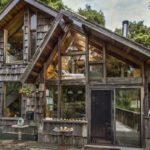บ้านไม้หน้าจั่วสไตล์รัสติก แต่งผนังไม้ซ้อนชั้น คงความเป็นธรรมชาติ ดูมีเสน่ห์ โดดเด่นในทุกมุมมอง