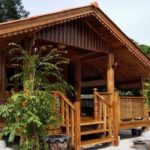 แบบบ้านไม้สักทรงไทยประยุกต์ พร้อมระเบียงสำหรับพักผ่อน สร้างได้ด้วยงบประมาณ 450,000 บาท