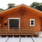 แบบบ้านไม้ชั้นเดียว สไตล์บ้านพักตากอากาศ บังกะโล เน้นการโชว์งานไม้ดูคลาสสิค สะดุดตาทุกมุมมอง