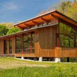 บ้านไม้โมเดิร์น หลังคาเพิงหมาแหงน สร้างบนพื้นที่เนิน รายล้อมด้วยธรรมชาติสีเขียว
