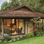 บ้านชั้นเดียวมนิลา โปร่งสบายด้วยผนังกระจก พร้อมสวนสวย และพื้นที่พักผ่อนธรรมชาติ