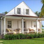 บ้านสีขาวสีชั้นเดียวริมทะเล สไตล์คอทเทจ มีสระว่ายน้ำส่วนตัว และชานบ้านกว้างขวางเพื่อการพักผ่อนแบบจุใจ