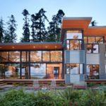 บ้านสองชั้นสไตล์โมเดิร์น โปร่งสบายด้วยกระจก ดีไซน์เอกลักษณ์ท่ามกลางธรรมชาติ