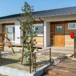 บ้านไม้สไตล์ญี่ปุ่น ขนาดชั้นเดียวทรงหน้ากว้าง พร้อมระเบียงบ้านเพื่อการพักผ่อน