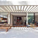 แบบบ้านสไตล์โมเดิร์น เรียบง่ายด้วยโทนสีขาว เชื่อมโยงพื้นที่ใช้ชีวิตในบ้านกับสวนสีเขียวอย่างเป็นอิสระ
